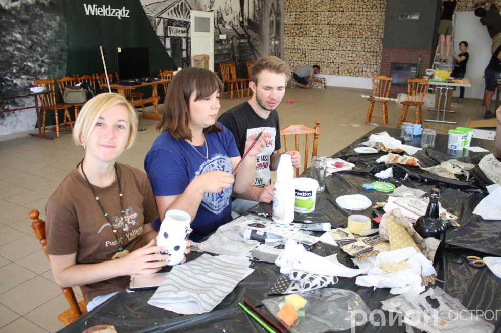 Учасники «Еразмус + Культура» у Польщі декорують залу