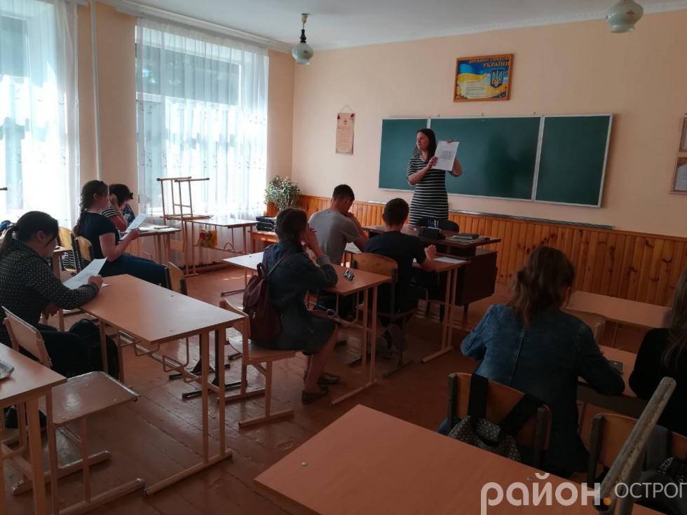 Консультант центру пояснює школярам отримані результати