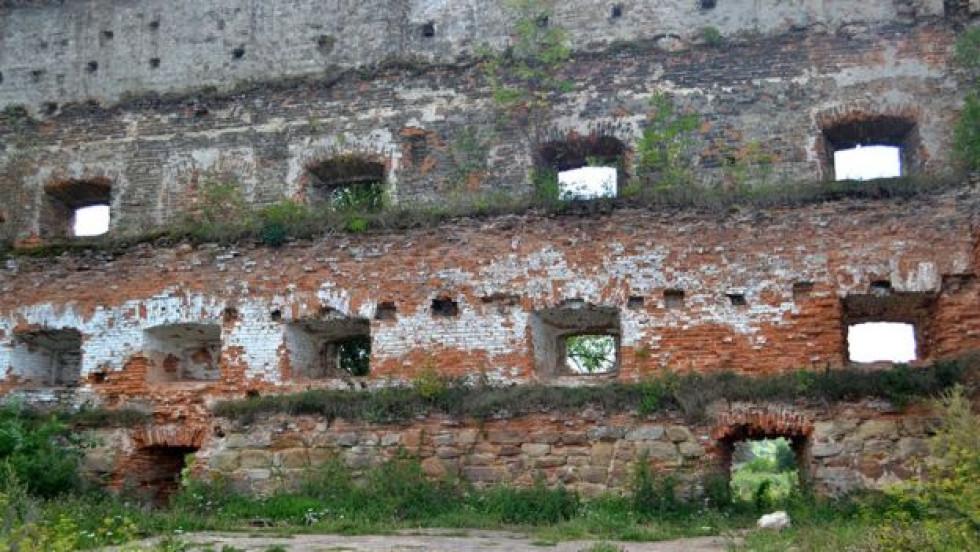 Стіна з бійницями розрахована на різний тип артилерії для ближнього, середнього і дального бою