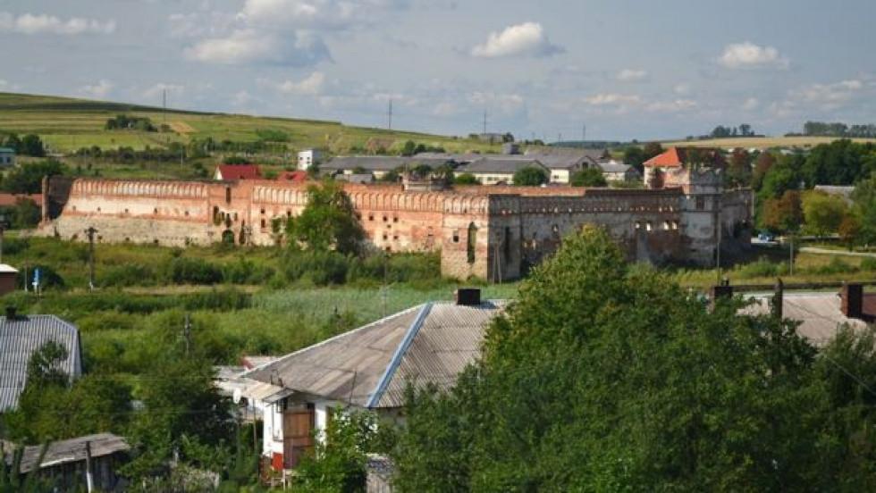 Стіни замку заввишки 14-16 метрів