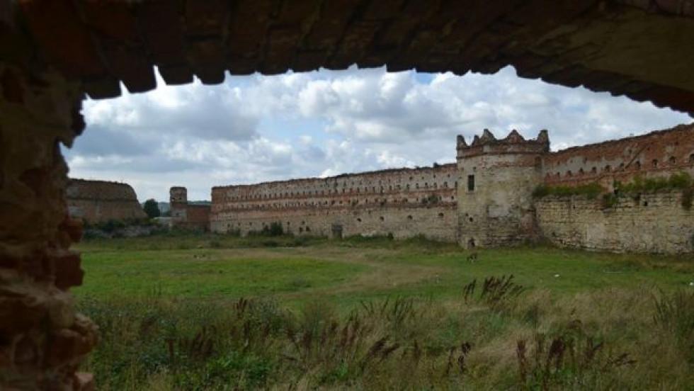 Площа подвір'я замку -2 гектари