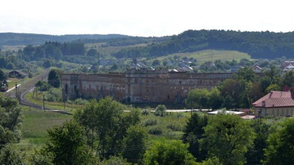 Поруч із замком пролягає залізниця