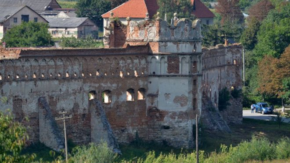 Східна вежа Старосільського замка. Верхня частина-аттик за стилем нагадує інші замки Острозьких