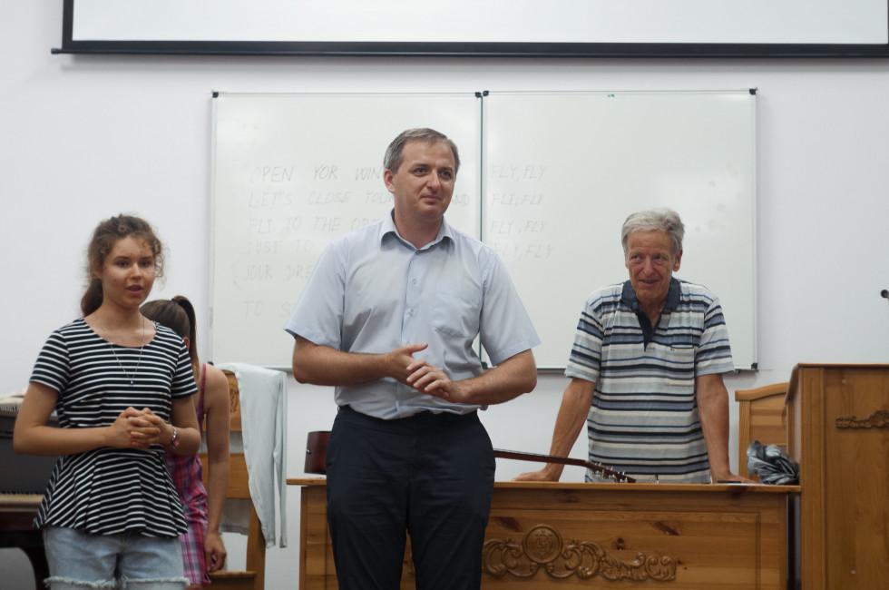 Дмитро Шевчук, проректор НаУОА (у центрі) та засновник курсу Коломан Калуш на відкритті заходу