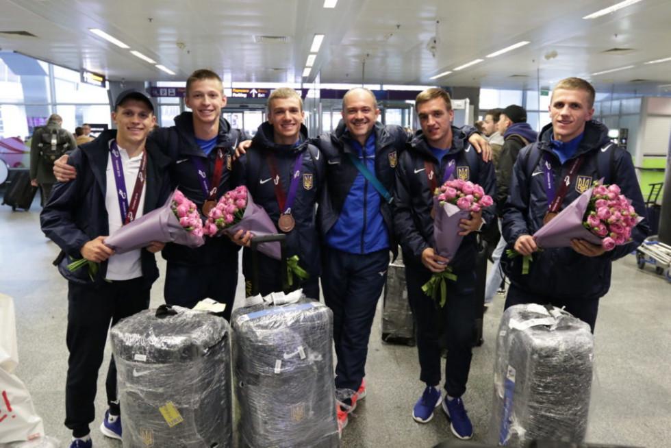 Команда українських військових після повернення зі змагань. Василь Гілянчук третій зліва